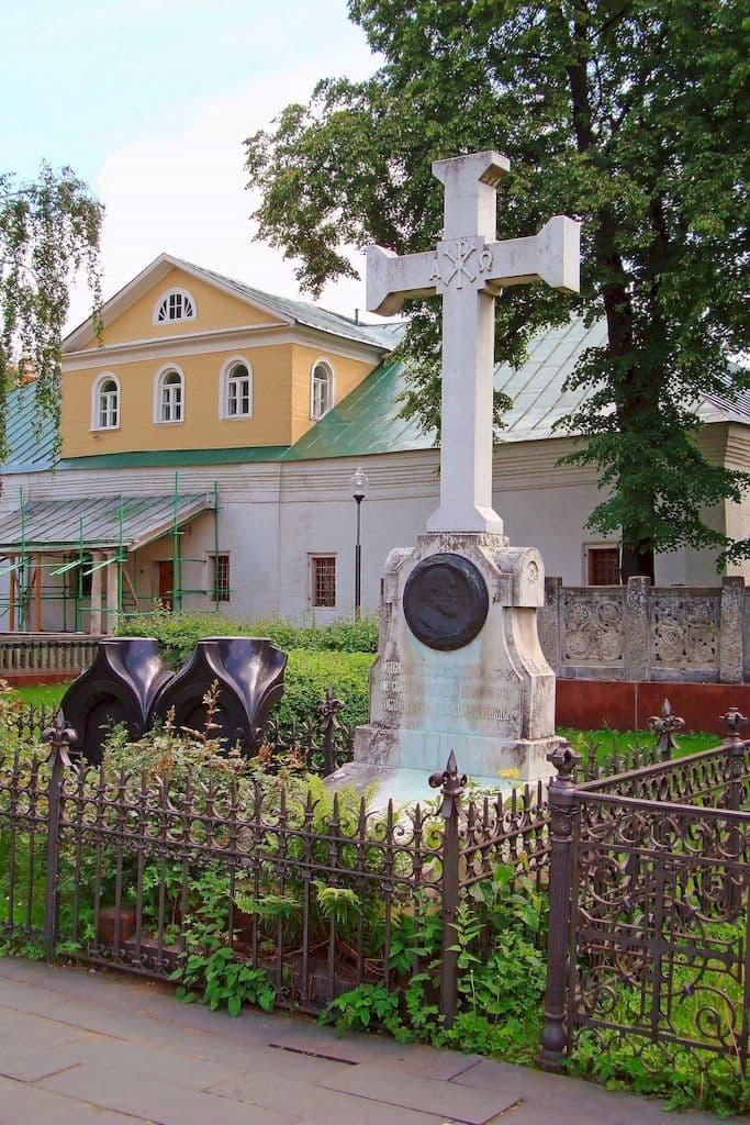 nadgrobiya-zahoronenij-v-novodevichem-monastyre_04