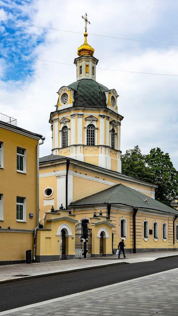 podvore-pyuhtickogo-svyato-uspenskogo-monastyrya_01