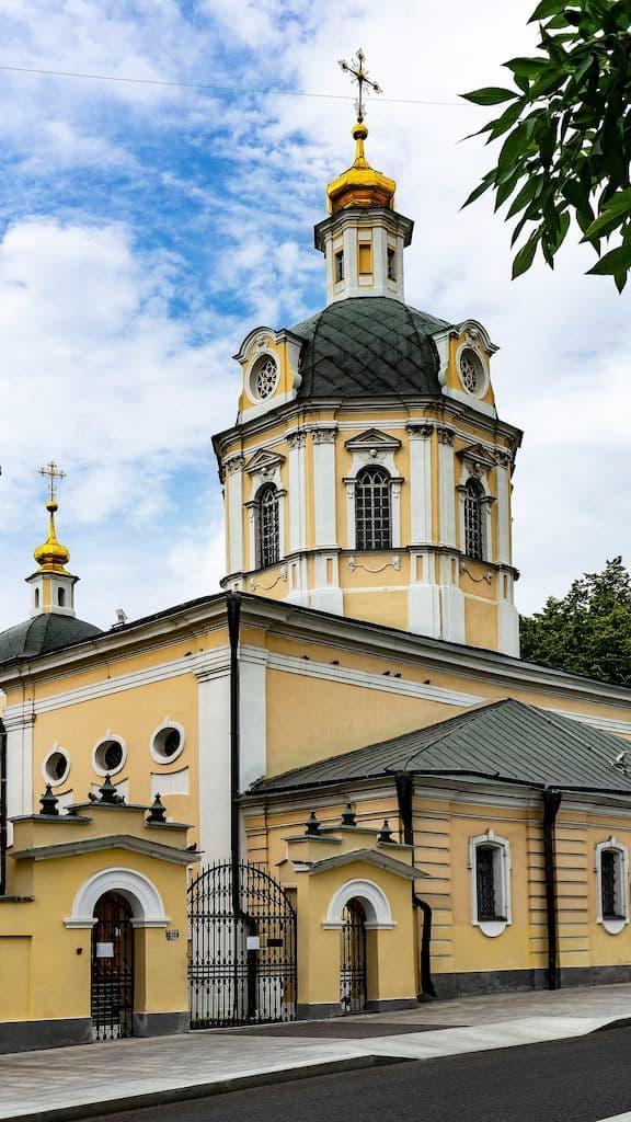 podvore-pyuhtickogo-svyato-uspenskogo-monastyrya_02