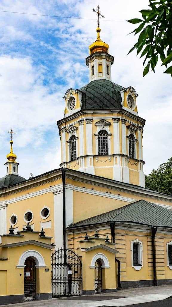 podvore-pyuhtickogo-svyato-uspenskogo-monastyrya_03