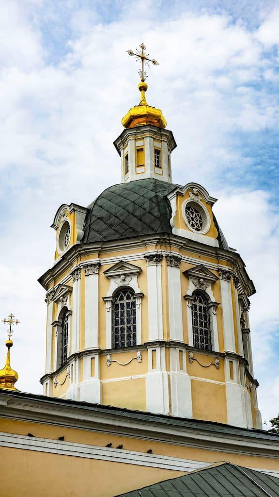 podvore-pyuhtickogo-svyato-uspenskogo-monastyrya_04