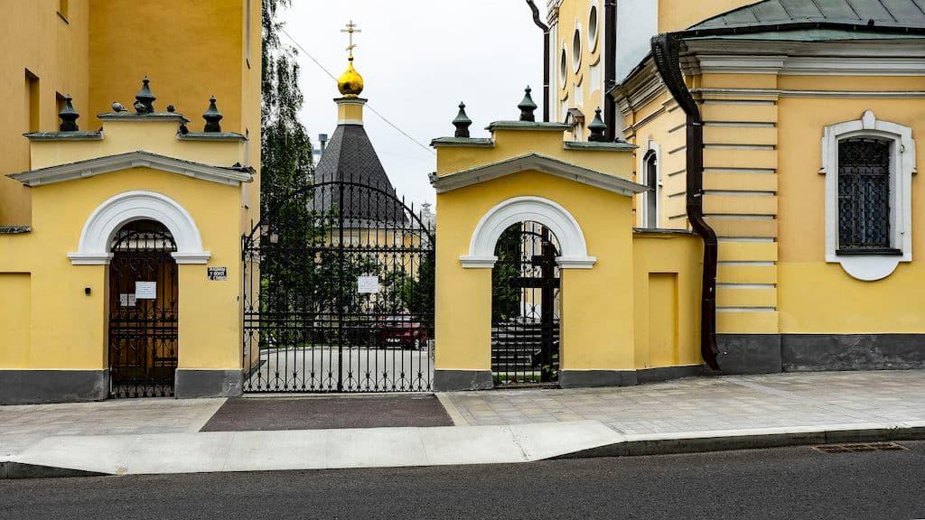 podvore-pyuhtickogo-svyato-uspenskogo-monastyrya_05