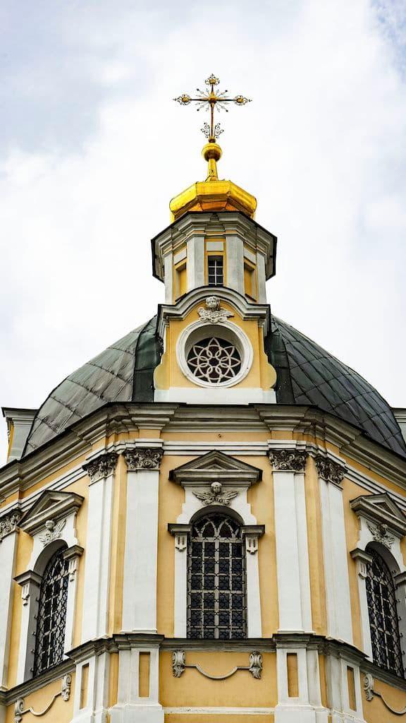 podvore-pyuhtickogo-svyato-uspenskogo-monastyrya_12
