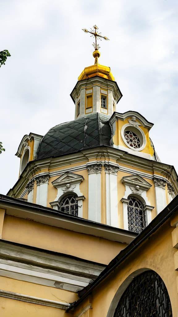 podvore-pyuhtickogo-svyato-uspenskogo-monastyrya_13