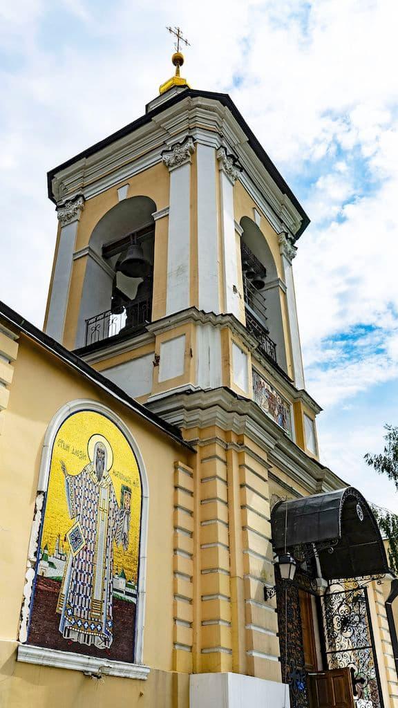 podvore-pyuhtickogo-svyato-uspenskogo-monastyrya_16