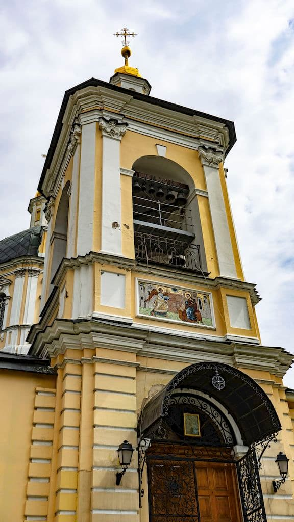podvore-pyuhtickogo-svyato-uspenskogo-monastyrya_20