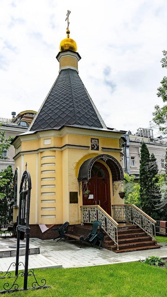 podvore-pyuhtickogo-svyato-uspenskogo-monastyrya_23